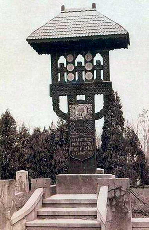 Troiţa plasată în trecut pe mormântul lui Mihai Viteazul_